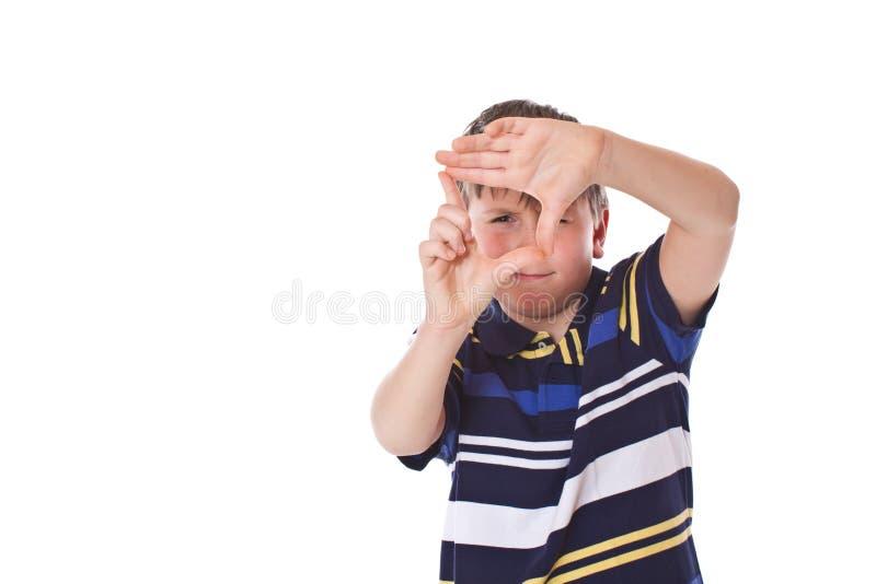 Garçon faisant une trame visuelle photo stock