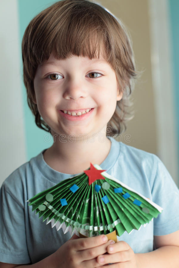 Garçon fait en arbre de Noël de papier image stock
