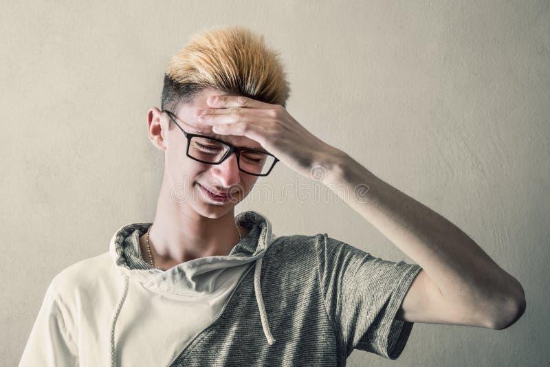 Garçon fatigué qui touche sa tête images libres de droits