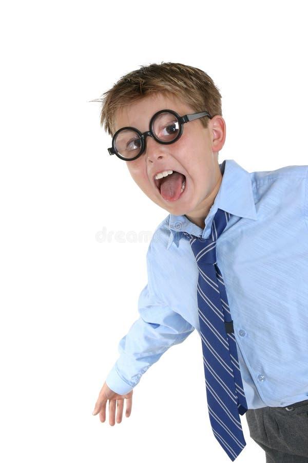 Garçon fou portant les lunettes farfelues ayant l'amusement photographie stock