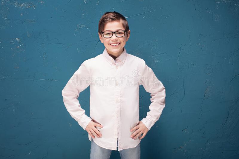 Garçon futé dans le sourire de lunettes image libre de droits