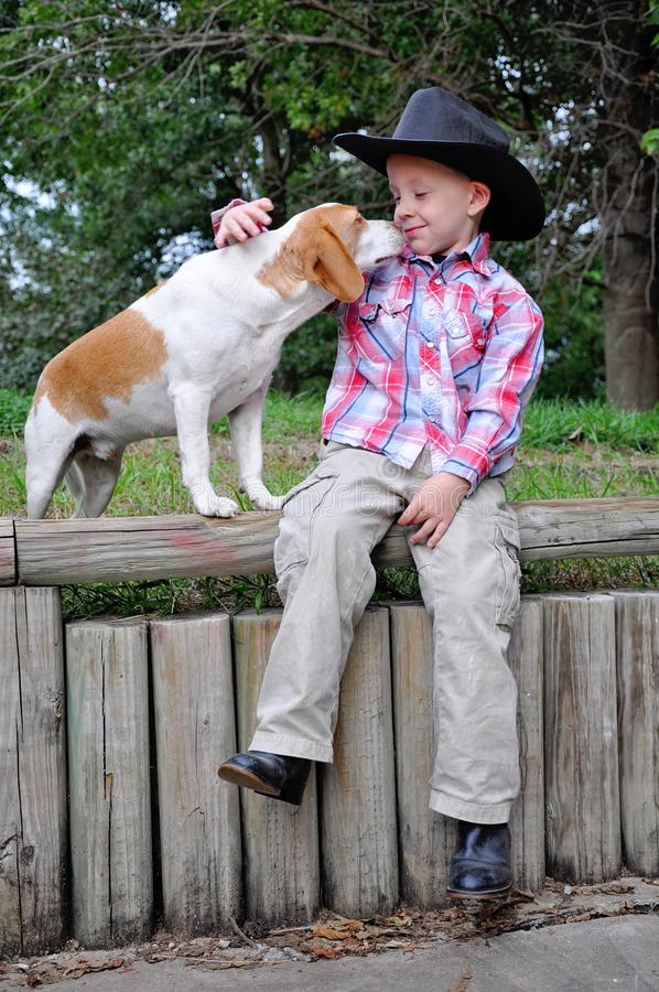 Garçon habillé comme un cow-boy à mouiller photographie stock