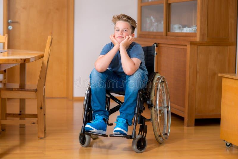Garçon handicapé dans le fauteuil roulant photos libres de droits