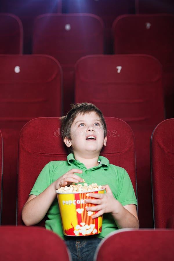 Garçon heureux au cinéma photo libre de droits