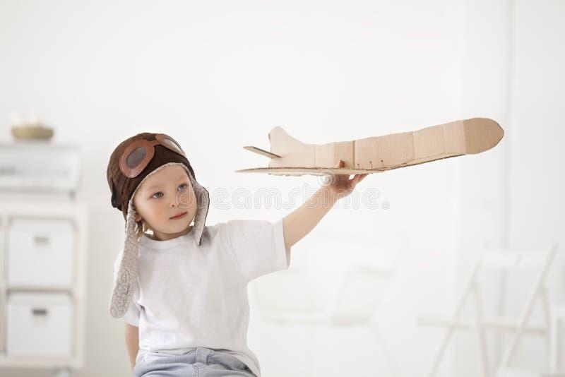 Garçon heureux avec l'avion à disposition images libres de droits