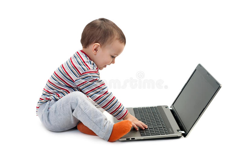 Garçon heureux avec l'ordinateur portable d'isolement image libre de droits