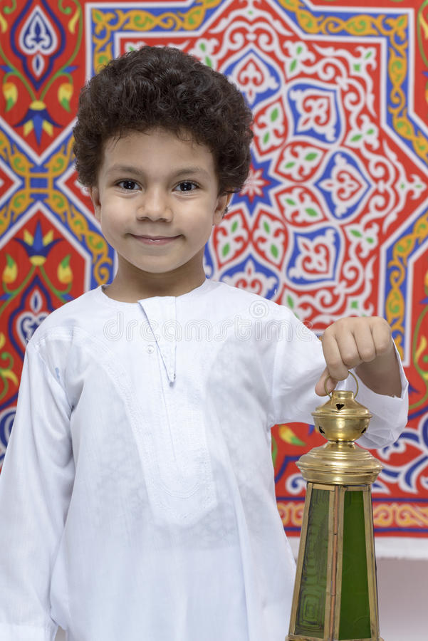 Garçon heureux avec la lanterne célébrant Ramadan image stock