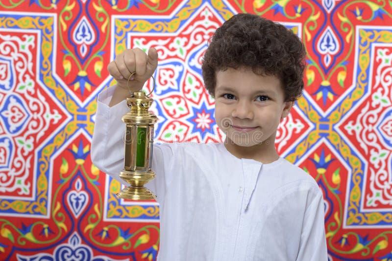 Garçon heureux avec la lanterne d'or célébrant Ramadan images stock