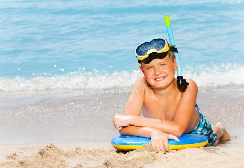 Garçon heureux avec le masque de scaphandre et conseil pour la natation photo stock