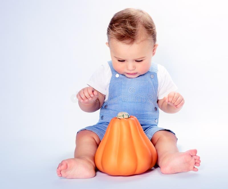 Garçon heureux avec le potiron de thanksgiving photos stock