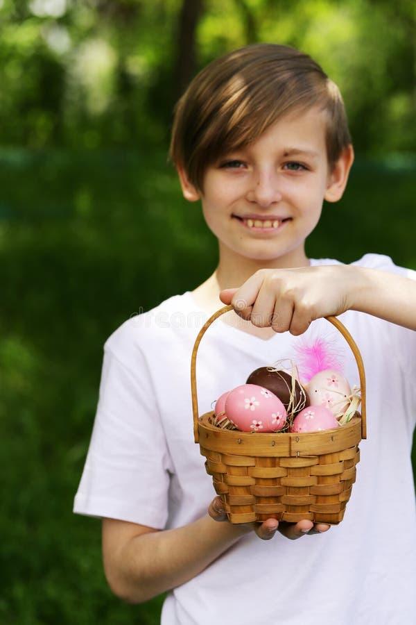 Garçon heureux avec les oeufs de pâques de fête image libre de droits