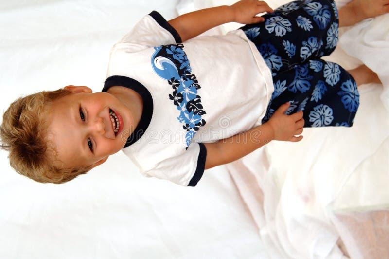Garçon heureux d'enfant en bas âge photographie stock