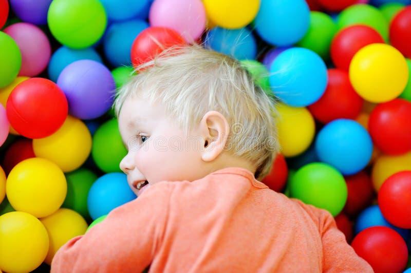 Garçon heureux d'enfant en bas âge dans le puits de boule images stock