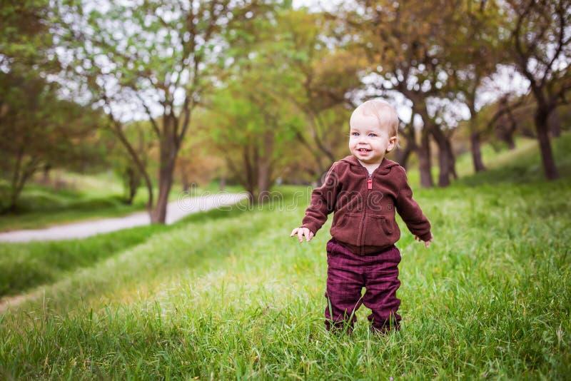 Garçon heureux d'enfant en bas âge dans les bois photos stock