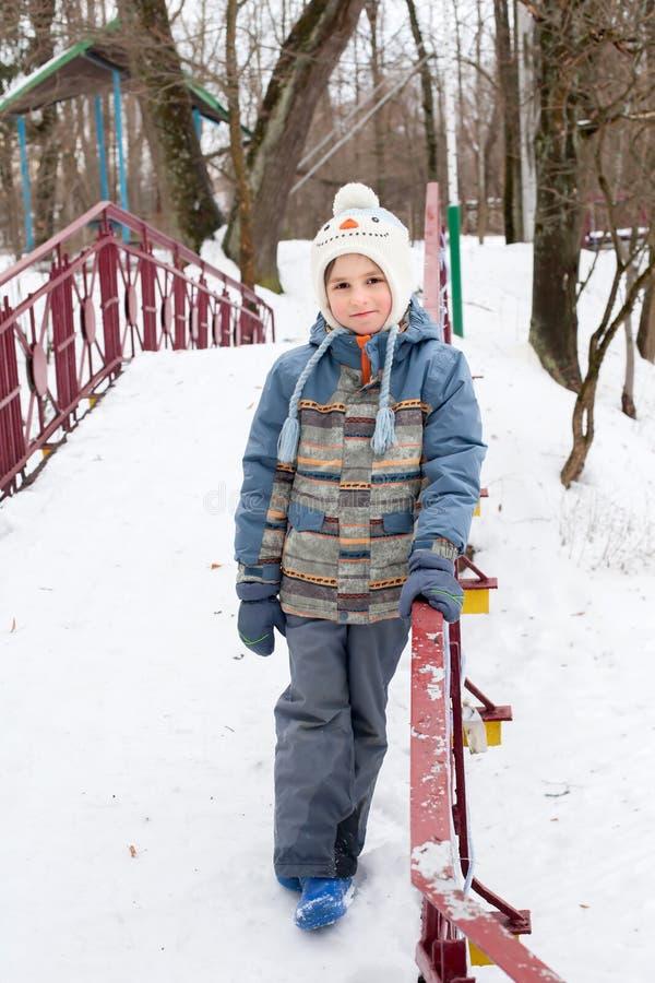 Garçon heureux dans des vêtements de l'hiver image stock