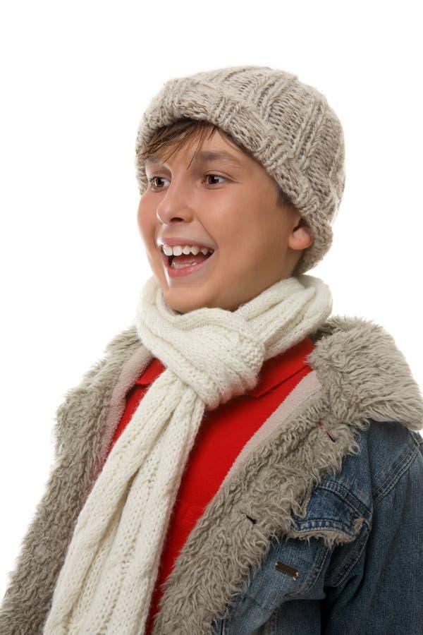 Garçon heureux dans des vêtements hivernaux photos stock
