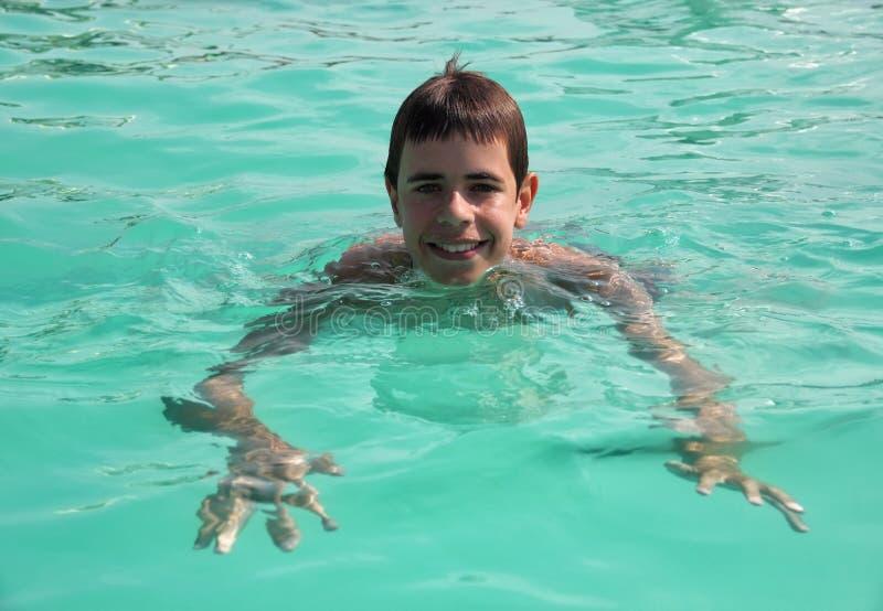 Garçon heureux dans une piscine photos stock