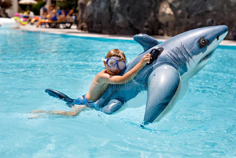 Garçon heureux de petit enfant sautant dans la piscine et ayant l'amusement des vacances de famille dans une station de vacances  photos libres de droits