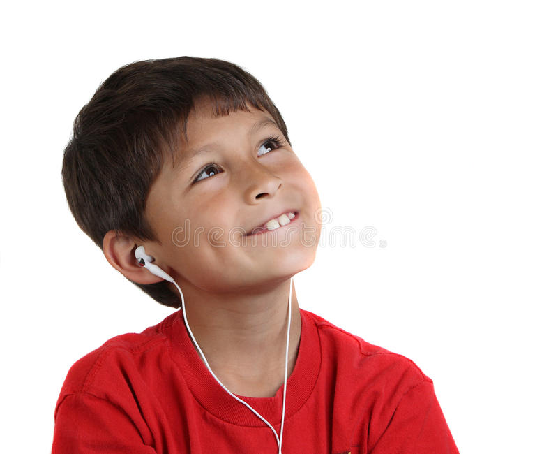 Garçon heureux de sourire de jeunes avec des écouteurs photo stock