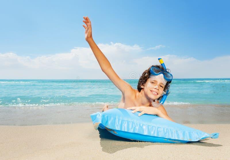 Garçon heureux des vacances de mer près de l'eau dans le masque de scaphandre photo libre de droits