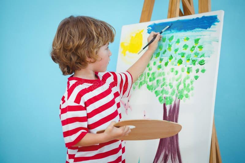 Garçon heureux peignant le sien photo images stock