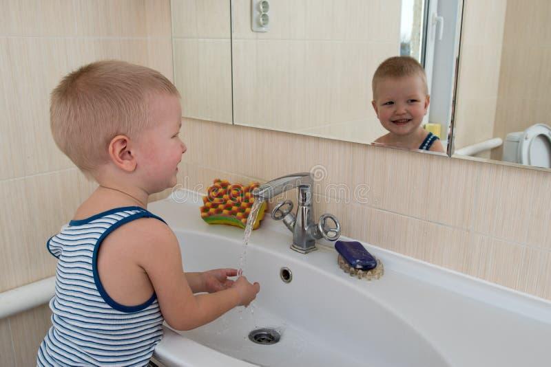 Bain mousse photos stock t l chargez 36 401 photos - Belle mere dans la salle de bain ...