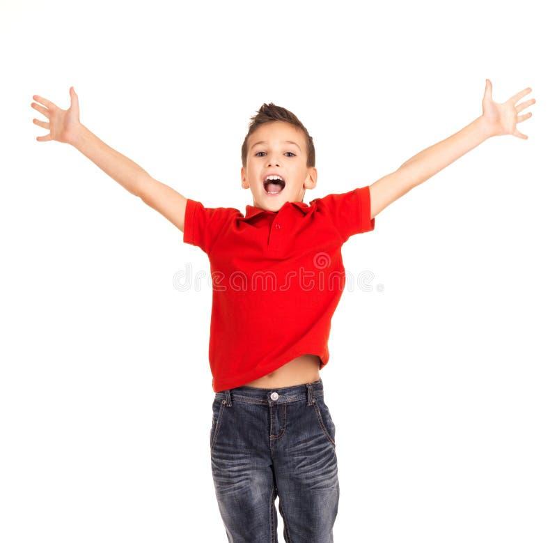 Garçon heureux sautant avec les mains augmentées  photos libres de droits