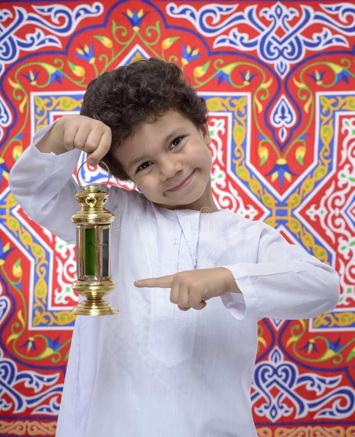 Garçon heureux se dirigeant chez Ramadan Lantern photos stock