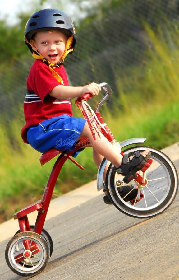 Garçon heureux sur le tricycle photographie stock libre de droits