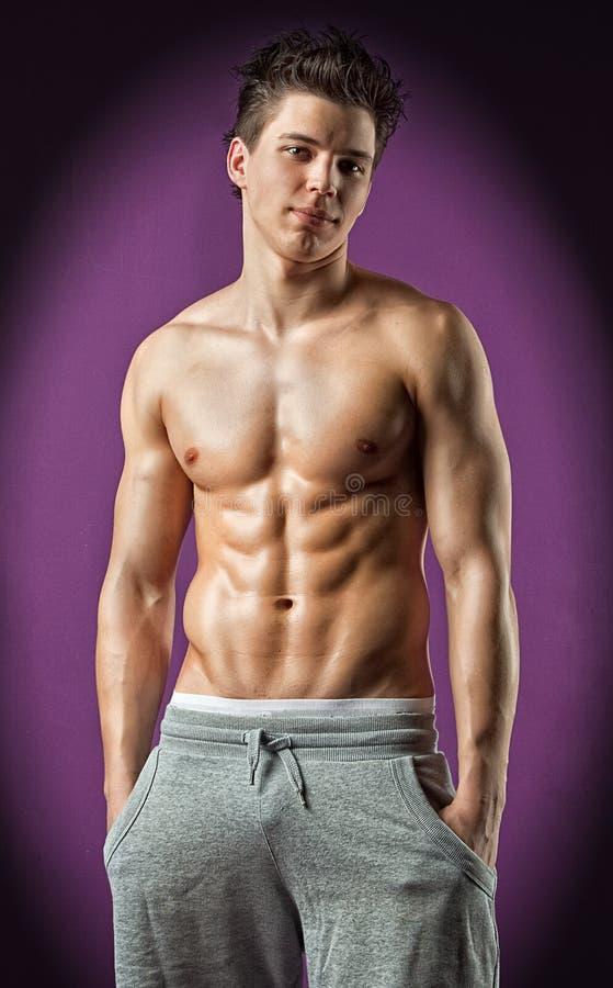 Muscle Le Jeune Bodybuilder Nu Humide Sexy Photo stock