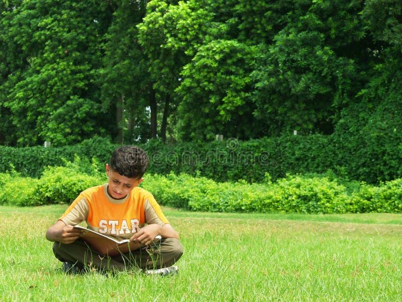 Garçon indien étudiant à l'extérieur photographie stock