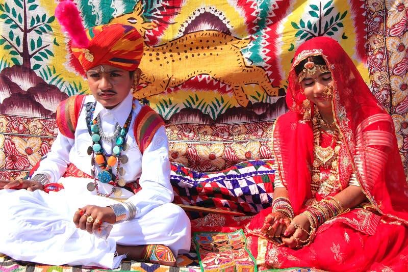 Garçon indien et fille dans la robe traditionnelle participant au désert F photo stock