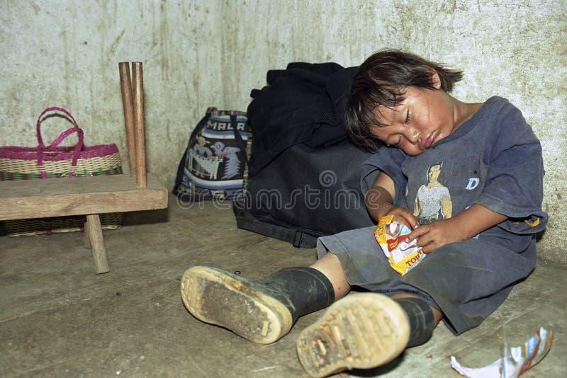 Garçon indien guatémaltèque de sommeil de bonbon avec des bonbons photo stock
