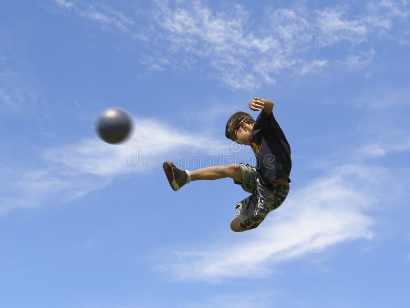 Garçon jouant au football photo libre de droits