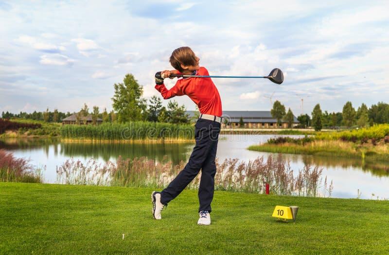 Garçon jouant au golf photo libre de droits