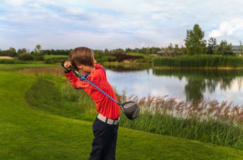 Garçon jouant au golf photographie stock
