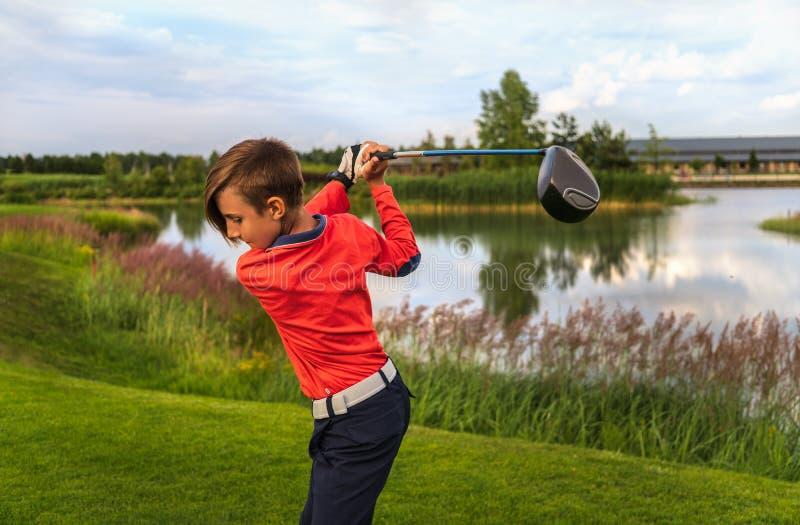 Garçon jouant au golf photos stock
