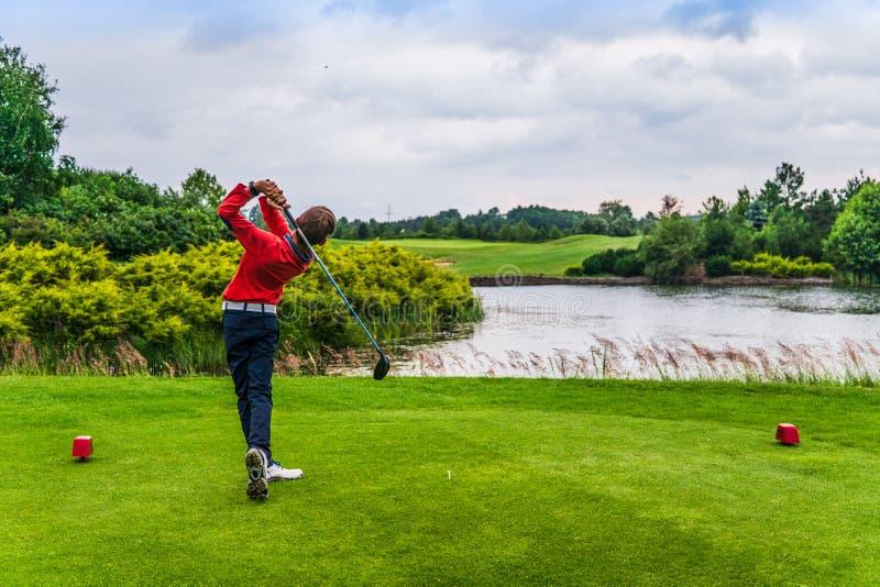 Garçon jouant au golf images stock