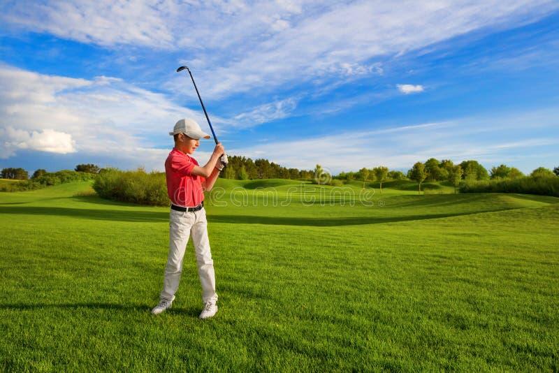 Garçon jouant au golf photo stock
