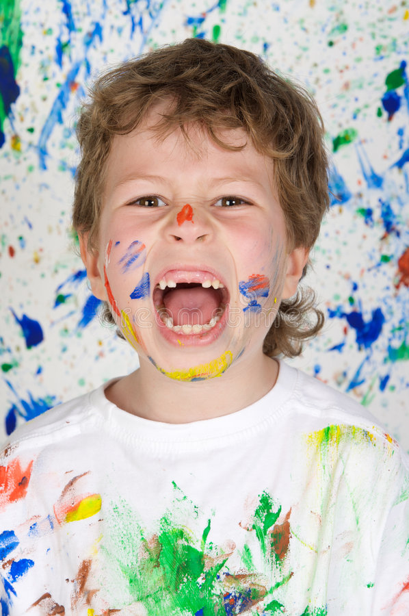 Garçon jouant avec la peinture images stock