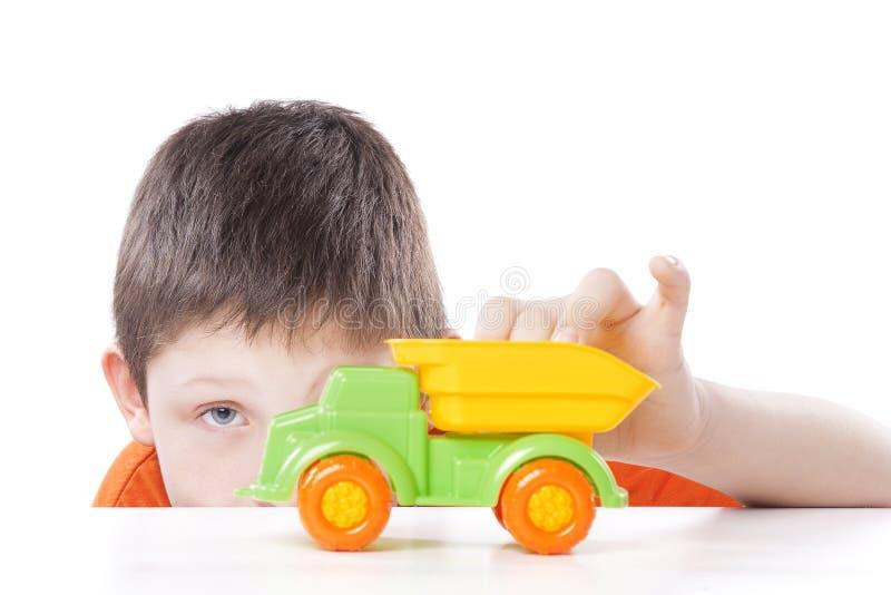 Garçon jouant avec la voiture de jouet image stock