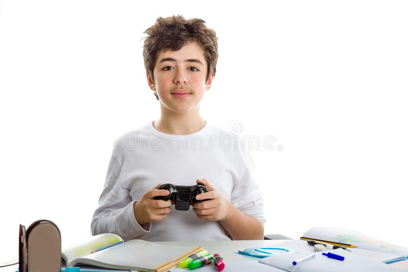 Garçon jouant avec le contrôleur de console et le travail photo libre de droits