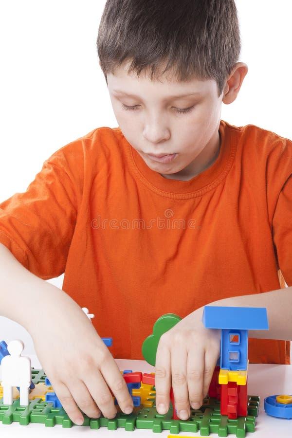 Garçon jouant avec le jouet de couleur photographie stock libre de droits