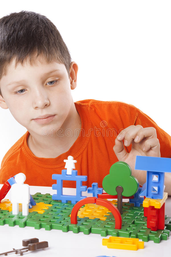 Garçon jouant avec le jouet de couleur images libres de droits