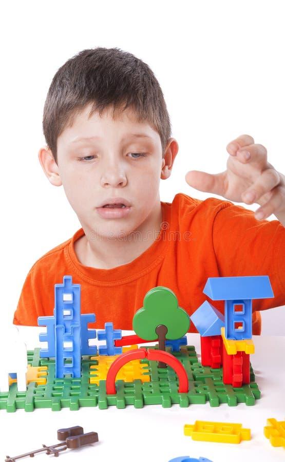 Garçon jouant avec le jouet de couleur photographie stock