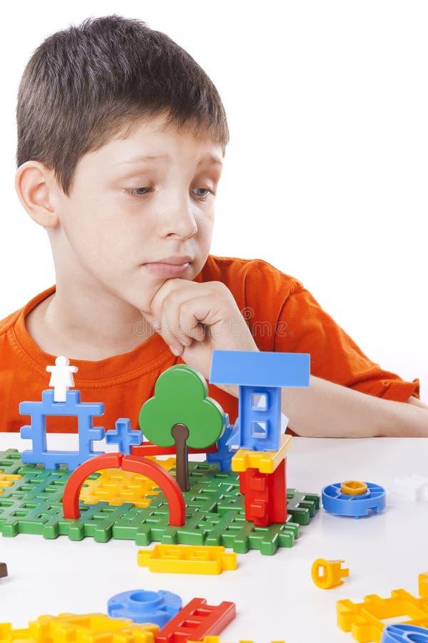 Garçon jouant avec le jouet de couleur photos stock