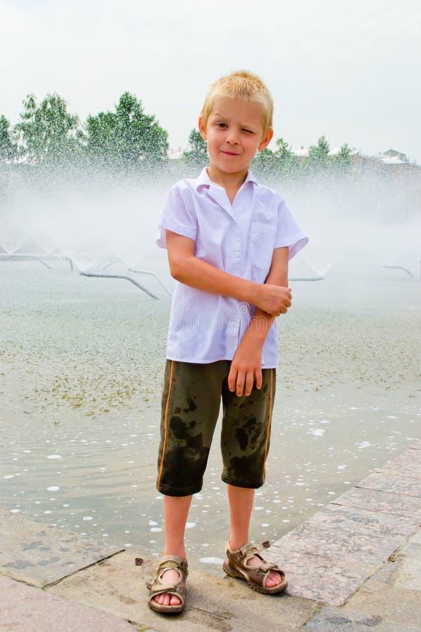 Garçon jouant dans la fontaine images stock