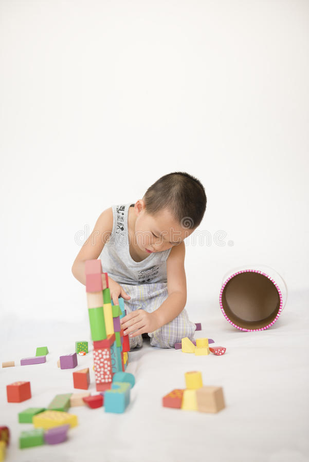 Garçon jouant des briques de jouet photos libres de droits