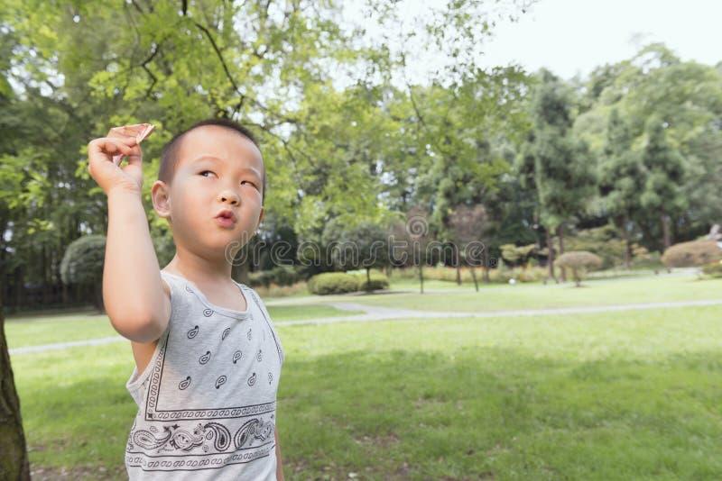 Garçon jouant l'avion d'argent liquide photo libre de droits