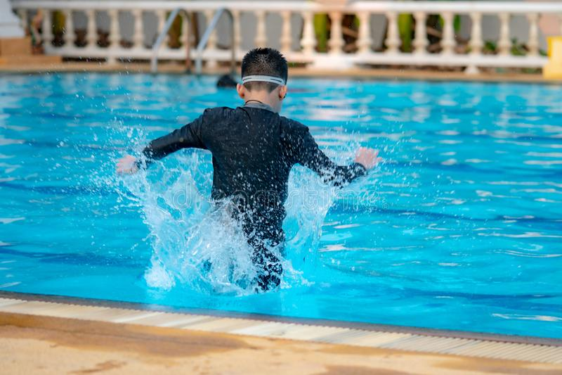 Garçon jouant l'eau images stock